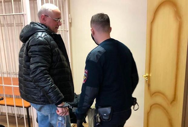 Вадим Колченко (слева) был взят под стражу в зале суда