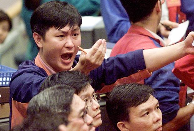 Трейдер в торговом зале Сингапурской международной биржи (SIMEX) во время обвала «пузыря доткомов» в 2000 году