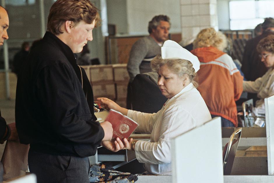 Торговля товарами в Москве проводилась по паспортам с московской пропиской