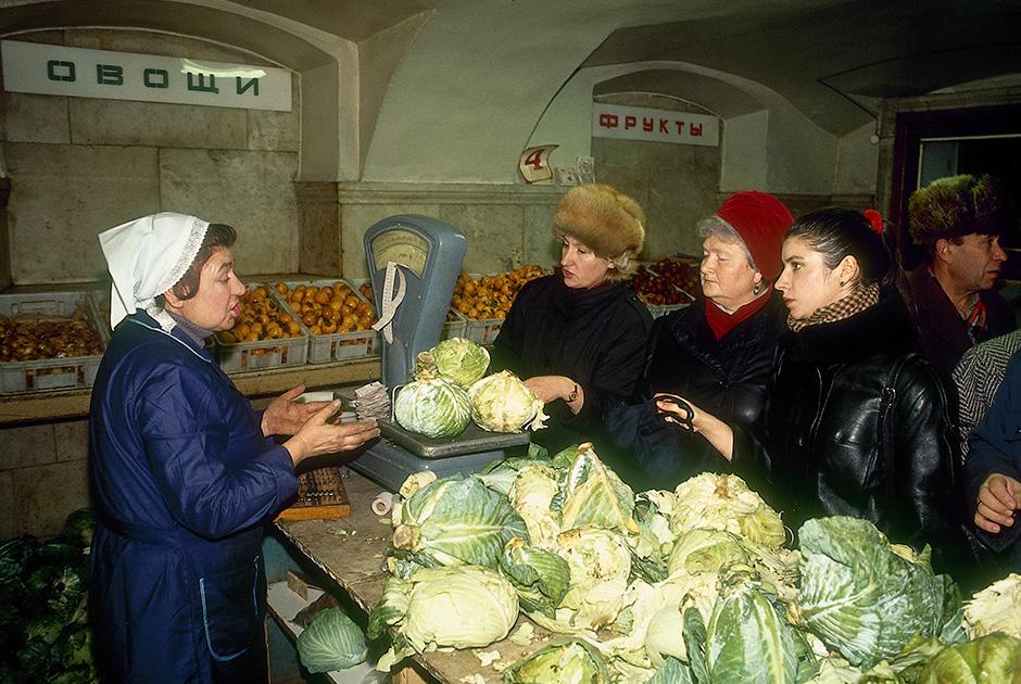 Прилавок петербургского магазина, 1990 год