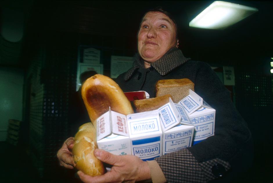 Обычные покупки в ноябре 1990 года: хлеб и молоко, на большее денег уже не хватало