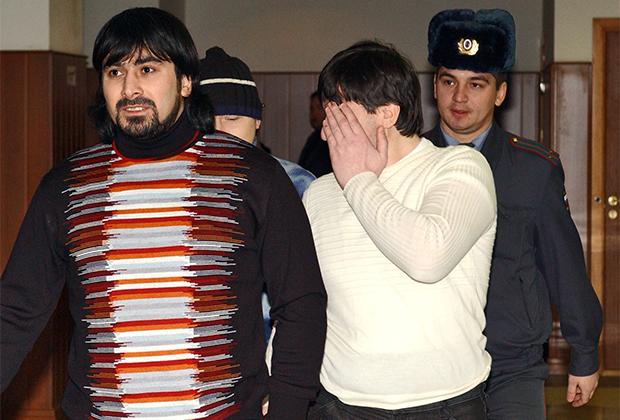 Подсудимые по «делу Хлебникова» Казбек Дукузов, Муса Вахаев (слева направо на первом плане) и Фаиль Садретдинов (на втором плане слева) в здании Мосгорсуда