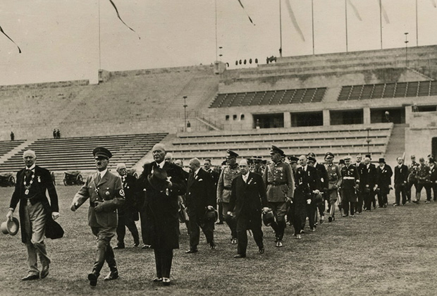 Гитлер и члены МОК осматривают новый Олимпийский стадион в Берлине