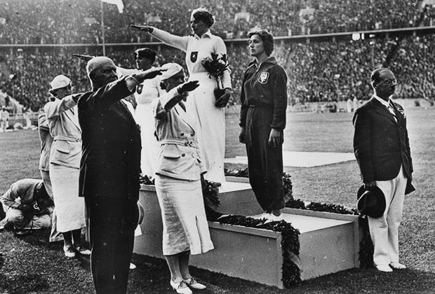 Третье место завоевала полька Мария Квасневска (на пьедестале справа). Во время награждения она не подняла руку в нацистском приветствии. А когда началась война, стала активным членом антифашистского подполья. Умерла в октябре 2007 года в возрасте 94 лет