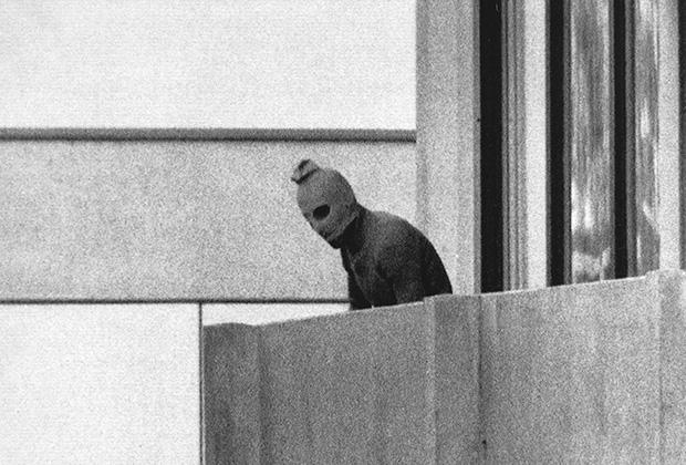 Палестинский террорист из организации «Черный сентябрь» на балконе в захваченном здании Олимпийской деревни