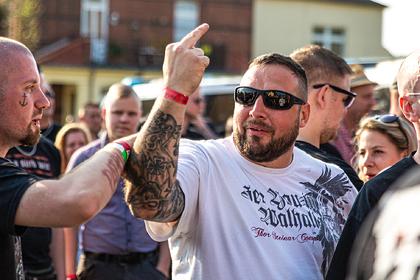 Почитание Гитлера, запрещенные песни и поджоги — как живет деревня нацистов в Германии