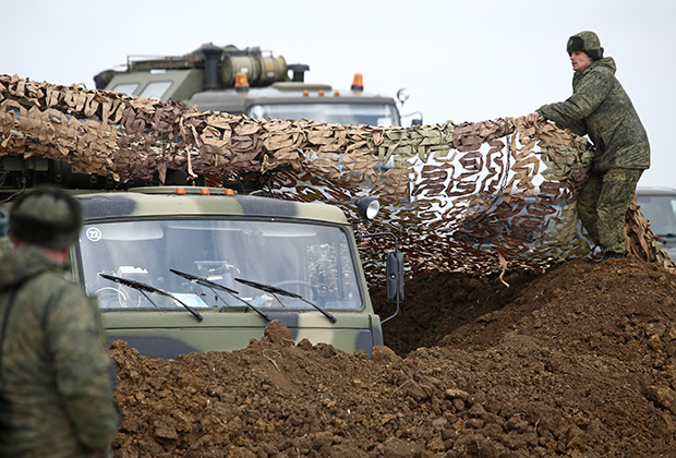 Маскировка техники на учениях подразделений Новороссийской гвардейской десантно-штурмовой горной дивизии на полигоне «Опук» в Крыму
