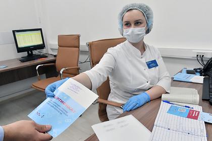 В России COVID-сертификаты привяжут к загранпаспорту: Общество: Россия: Lenta.ru