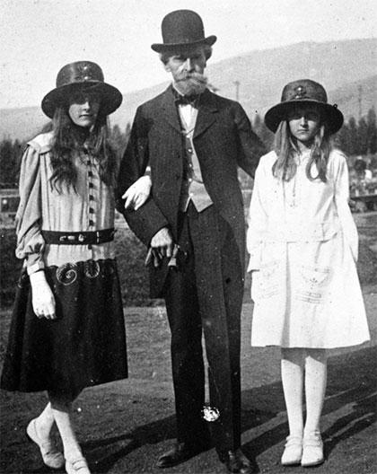 Югетта Кларк с отцом и сестрой