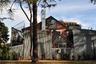 """Гери привлек к себе внимание в 1978 году, когда решил переделать под себя и свою семью дом на углу 22-й улицы в Санта-Монике. В начале карьеры архитектор с супругой <a href=""""https://archeyes.com/frank-gehry-house-santa-monica/"""" target=""""_blank"""">не могли позволить</a> роскошную недвижимость, поэтому по доступной цене приобрели похожую на бунгало постройку 1920-х годов, сделанную в стиле голландского колониального возрождения с розовой черепицей. Спустя время революционная задумка автора превратила его в видного деятеля архитектуры, а здание стало символом деконструктивизма.<br><br>Особенность объекта — необычная конструкция. Гери решил не сносить старый дом, а обнести его корпусом из гофрированного алюминия, дерева, стекла и заборной сетки. Ограждение только частично закрывает здание — архитектор стремился создать ощущение диалога конструкций, «обнажая одни части и прикрывая другие». Он также добавил в дом больше света — солнечные лучи проникают в старую часть через специальные люки.<br><br>Гери <a href=""""https://archeyes.com/frank-gehry-house-santa-monica/"""" target=""""_blank"""">выбрал</a> рискованный дизайн сознательно: «Мне сразу понравилась идея оставить здание нетронутым, но в голову пришла мысль построить вокруг него новый дом. Что касается окон, то я хотел, чтобы они выглядели так, будто выползают из этой штуки. Представьте, вы сидите ночью за столом, видите проезжающие мимо машины и смотрите на луну. Но вы видите ее не в том месте. Луна там, но отражается здесь. И вы не знаете, где, черт возьми, вы находитесь».<br><br>Благодаря творчеству архитектора спокойный район <a href=""""https://www.archdaily.com/67321/gehry-residence-frank-gehry"""" target=""""_blank"""">превратился</a> в городскую сенсацию. Соседи <a href=""""https://archeyes.com/frank-gehry-house-santa-monica/"""" target=""""_blank"""">остались</a> не в восторге от подобной архитектуры. Некоторые пытались остановить Гери, угрожая арестом, хотели подать на него в суд, устраивали протесты и писали гневные отзывы в прессе. Один из ни"""