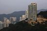"""В 2012 году архитектура Гери впервые добралась до Азии — он спроектировал на высочайшей точке острова Гонконг Виктории-Пик 12-этажное жилое здание Opus. Несмотря на внушительную высоту, внутри расположены только 12 роскошных апартаментов — по одному на этаж. Площадь самой маленькой квартиры <a href=""""https://www.executivehomeshk.com/buildings/mid-levels-east/opus-hong-kong"""" target=""""_blank"""">достигает</a> 450 квадратных метров. Сделки с недвижимостью в комплексе стали одними из самых дорогих в Азии. В 2015 году некоторые владельцы <a href=""""https://www.scmp.com/property/hong-kong-china/article/1879947/opus-hong-kong-flat-sells-asian-record-hk5096m"""" target=""""_blank"""">потратили</a> на жилье в Opus почти 30 миллионов долларов США.<br><br>Гери спроектировал Opus в виде винтовой конструкции, которая создает ощущение закручивающегося здания. Основание постройки и часть фасада выполнены из камня, а наклоняющиеся колонны и балконы — из стекла. Отдав каждой квартире отдельный этаж, Гери снизил потребность здания в несущих стенах и обеспечил жителям обзор на 360 градусов. Они могут наслаждаться видом на природу с разных точек — из нескольких балконов, спален, ванной комнаты или кухни.<br><br>В дизайн комплекса Гери <a href=""""https://www.world-architects.com/de/ronald-lu-and-partners-hong-kong/project/opus-hong-kong"""" target=""""_blank"""">вложил</a> идею «поистине вдохновляющей жизни», которой наслаждаются владельцы подобных апартаментов. По словам Гери, здание полностью соответствует месту, где находится. «Я спроектировал здание для Гонконга, чтобы соответствовать уникальным условиям города. Больше нигде в мире нельзя построить нечто подобное», — <a href=""""https://www.designboom.com/architecture/frank-gehry-opus-hong-kong/"""" target=""""_blank"""">объяснил</a> архитектор."""