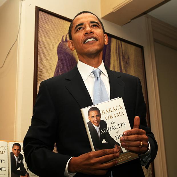 Барак Обама с копией своего бестселлера