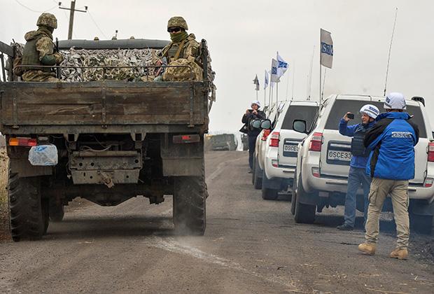 Военные проезжают мимо колонны миссии ОБСЕ