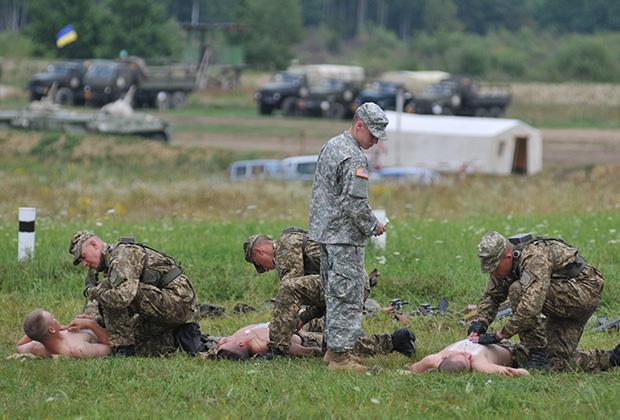 Американский специалист обучает украинских солдат оказанию первой помощи