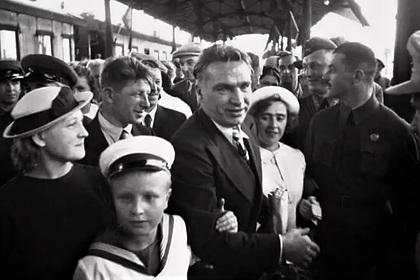 Валерий Чкалов (в центре)