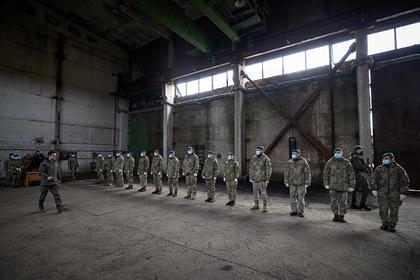 Президент Украины Владимир Зеленский и украинские солдаты