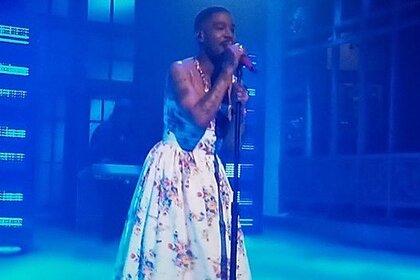 Рэпер Kid Cudi выступил по телевидению в платье в цветочек