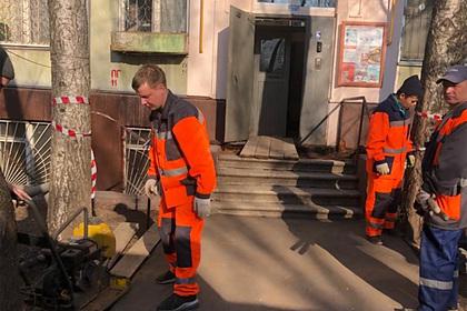 В Москве ушел под землю вход в подъезд