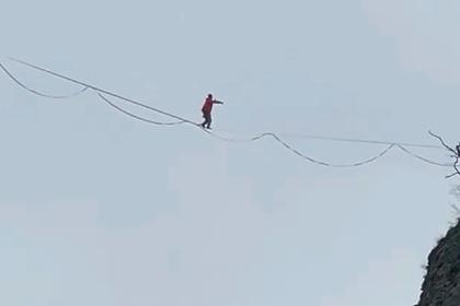 Мужчина прошел по веревке между скал в Сочи и попал на видео