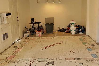 Семейная пара нашла во время ремонта гигантскую доску для настольной игры