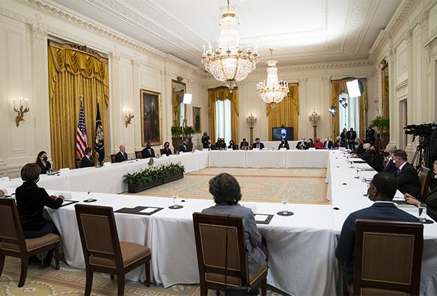 Джо Байден во время совещания в Белом доме