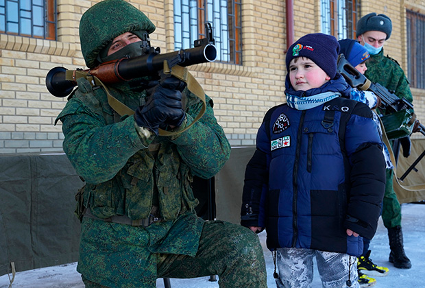 Военнослужащие демонстрируют оружие на открытии новой казармы Народной милиции ЛНР в Луганске