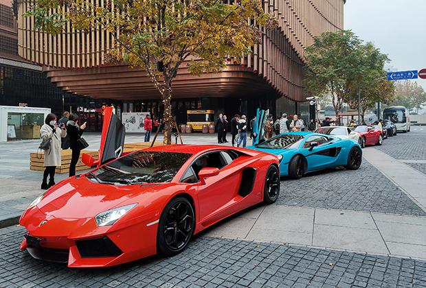 Ferrari, Lamborghini и другие спортивные автомобили на улицах Шанхая, Китай, 2020 год