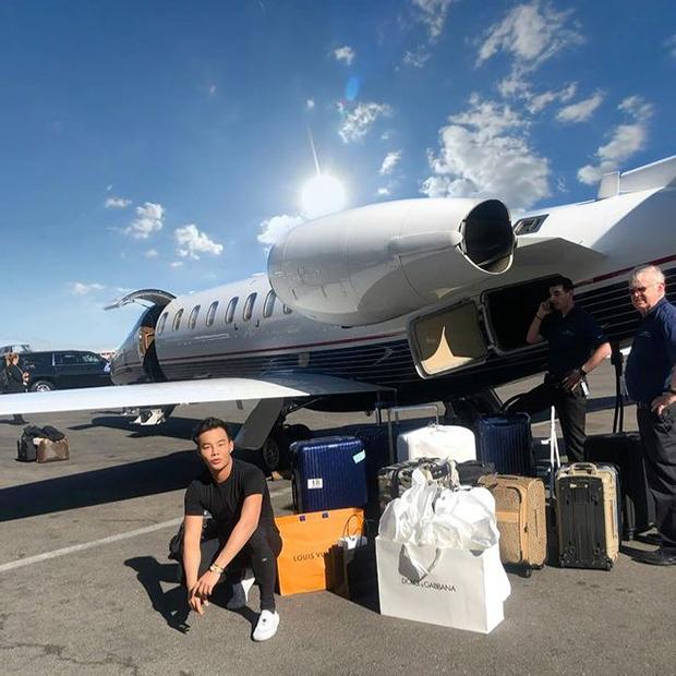 Кейн Лим позирует возле частного самолета