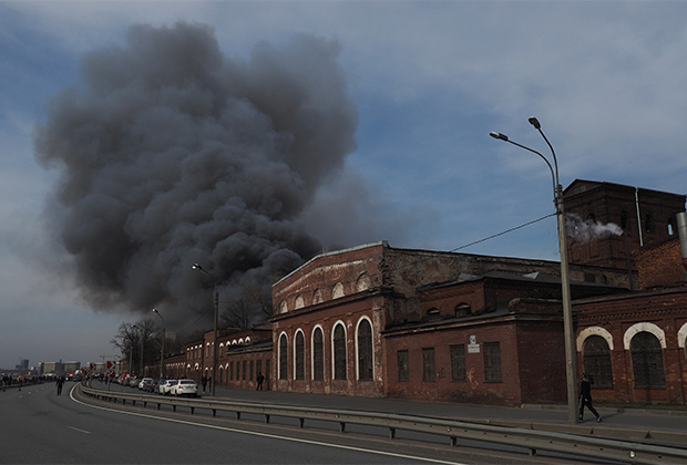 Пожар в здании Невской мануфактуры на Октябрьской набережной в Санкт-Петербурге