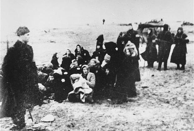 Члены 21-го латвийского полицейского батальона собирают на пляже вблизи Лиепаи группу евреев для казни, 15 декабря 1941 года