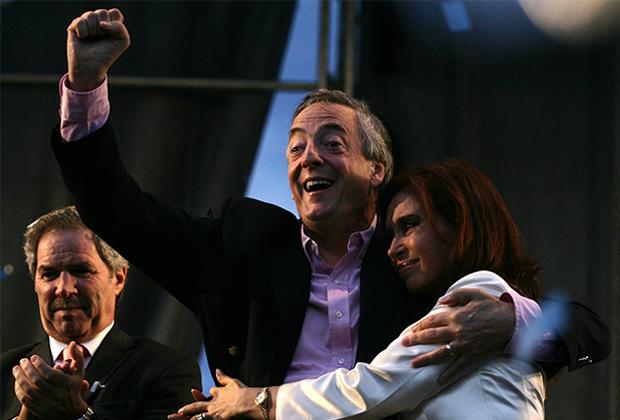 Кристина Киршнер с мужем Нестором, президентом Аргентины, во время заключительного митинга кампании в Ла-Матанса, пригороде Буэнос-Айреса, 25 октября 2007 года