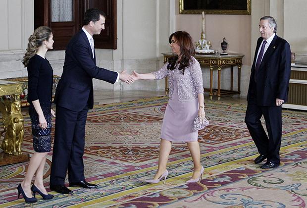 Испанская королева Летиция и наследный принц Фелипе приветствуют президента Аргентины Кристину Киршнер и ее мужа Нестора в королевском дворце в Мадриде, 17 мая 2010 года