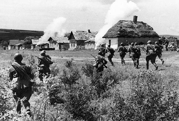 Советские войска атакуют захваченное немецкими войсками украинское село, 1942 год