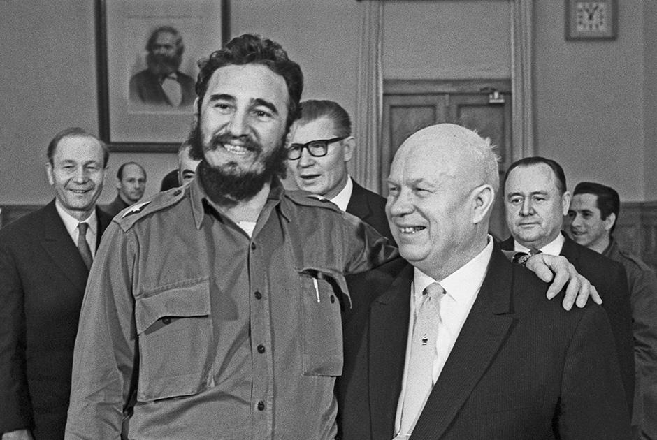 Первый секретарь ЦК КПСС Никита Хрущев и Фидель Кастро во время встречи в Кремле