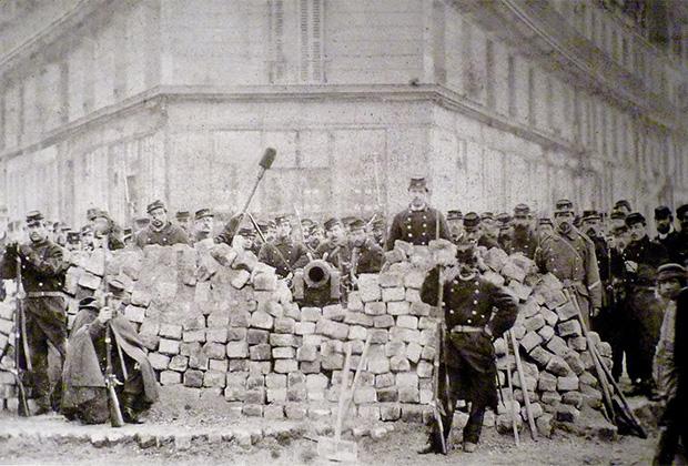 Баррикада на углу бульваров Вольтера и Ришар-Ленуар. Париж, 1871 год