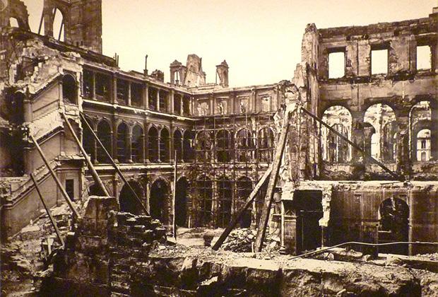 Сожженная коммунарами в 1871 году ратуша Отель-де-Виль, где размещалась парижская мэрия