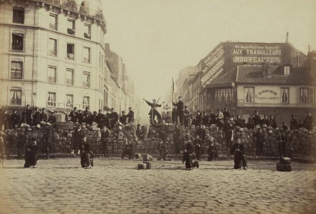 Баррикады на улицах Парижа во время восстания 18 марта 1871 года