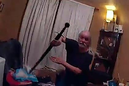 Пенсионер выхватил из-за спины меч и едва не отрубил палец полицейскому