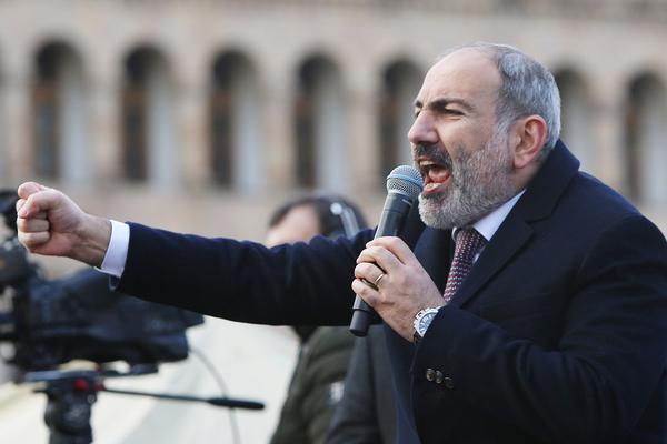 Премьер-министр Армении Никол Пашинян во время выступления на акции своих сторонников на площади у Дома правительства Армении