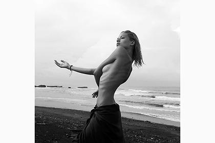 Алеся Кафельникова снялась топлес на пляже и взволновала фанатов