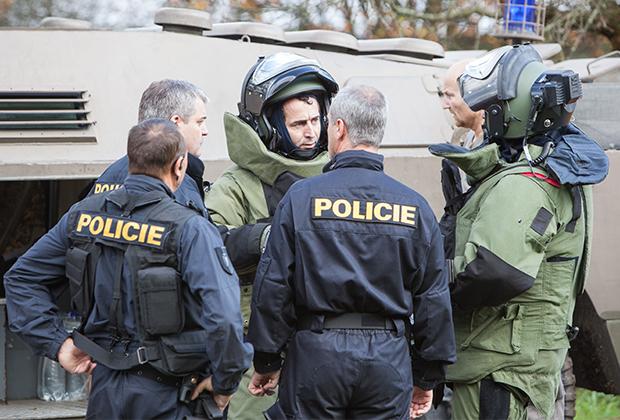 Саперы и полицейские у склада боеприпасов, где произошел взрыв. Врбетице, Чехия, 2014 год
