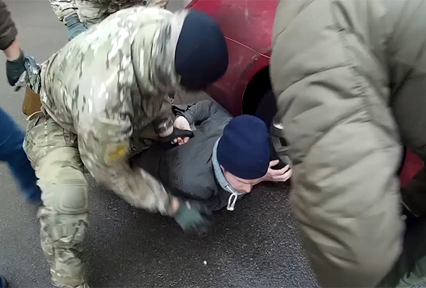 Сотрудники российских и белорусских спецслужб задерживают участника международной банды торговцев оружием