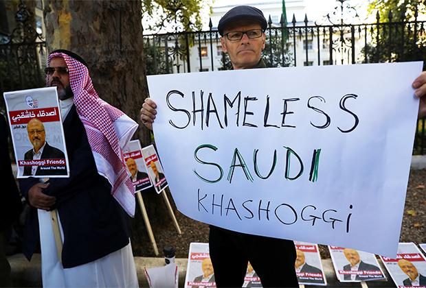 Протестующие у посольства Саудовской Аравии в Лондоне, выступающие из-за убийства Джамаля Хашогги