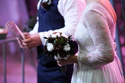 Жених и невеста проникли в чужой особняк и попытались устроить там свадьбу