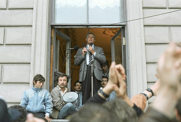 Мэр Ленинграда Анатолий Собчак на митинге в поддержку Бориса Ельцина и российского правительства во время путча ГКЧП. Ленинград, 19 августа 1991 года
