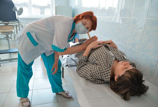 Заключенная исправительной женской колонии №5 на приеме у врача
