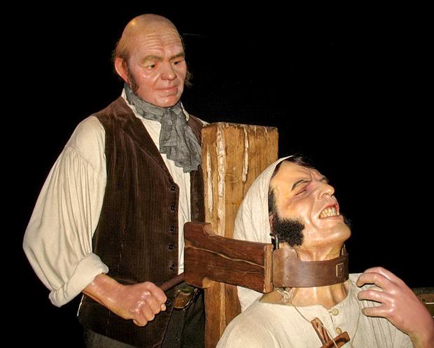 В Португалии и Испании популярным орудием казни была гаррота. Экспозиция Музея мадам Тюссо (Лондон)