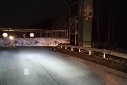В российском городе пешеходный мост рухнул на проезжую часть