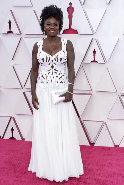 55-летняя афроамериканка Виола Дэвис тоже претендовала на звание лучшей актрисы, и тоже за роль в байопике о легендарной певице — она сыграла главную роль в ленте «Ма Рейни: Мать блюза». В 2017-м Дэвис уже получила «Оскар» за фильм «Ограды».