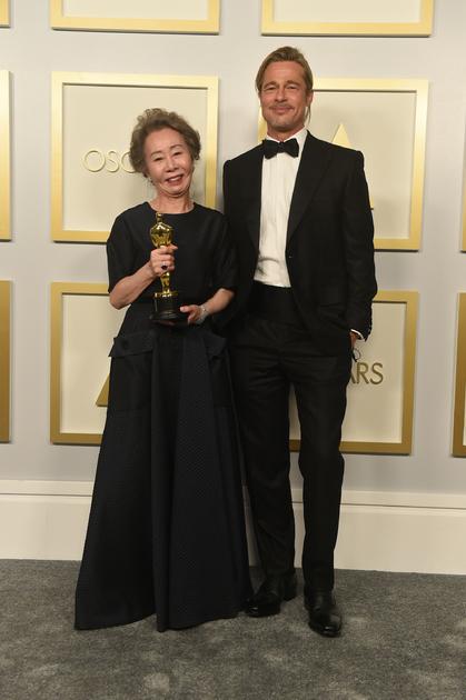 73-летняя кореянка Юн Е Чжон, сыгравшая в фильме «Минари», получила «Оскар» за лучшую женскую роль второго плана. Забирая награду, она тут же обратилась к одному из продюсеров фильма, голливудской звезде Брэду Питту, пожаловавшись, что за все время съемок ей так и не удалось встретиться с актером. Что ж, мечты сбываются: на церемонии награждения у нее все-таки получилось с ним повидаться.